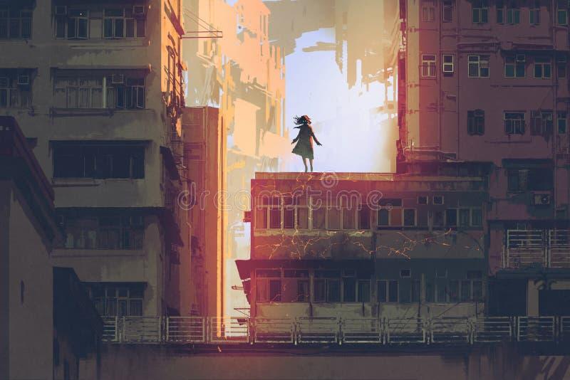 Mystisches Mädchen steht auf einer Dachspitze eines Altbaus stock abbildung