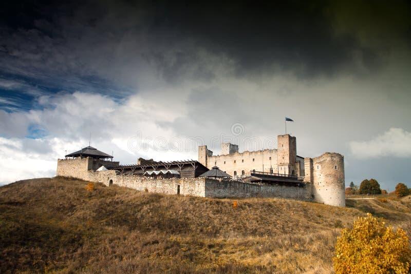 Mystisches mittelalterliches Schloss Rakvere im Herbst lizenzfreie stockfotografie