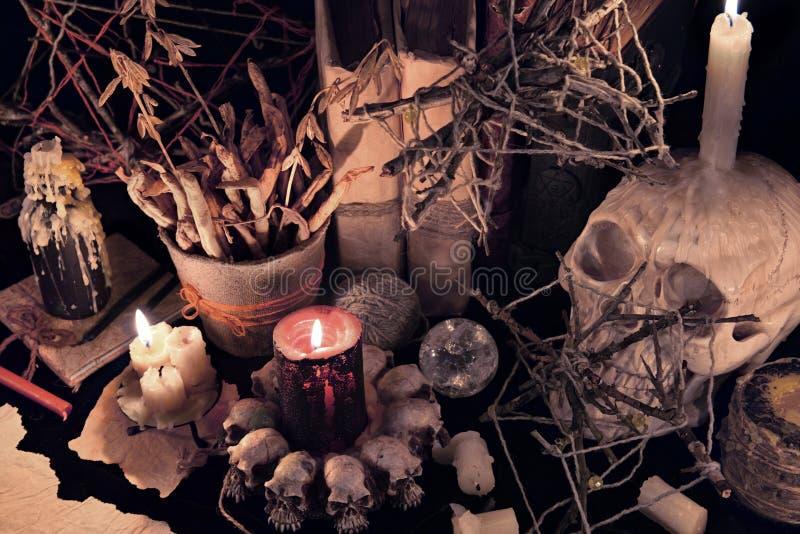 Mystisches Stillleben mit schlechten Kerzen und dem Schädel stockbilder