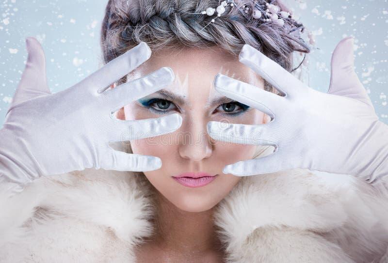 Mystisches Wintermädchen lizenzfreie stockbilder