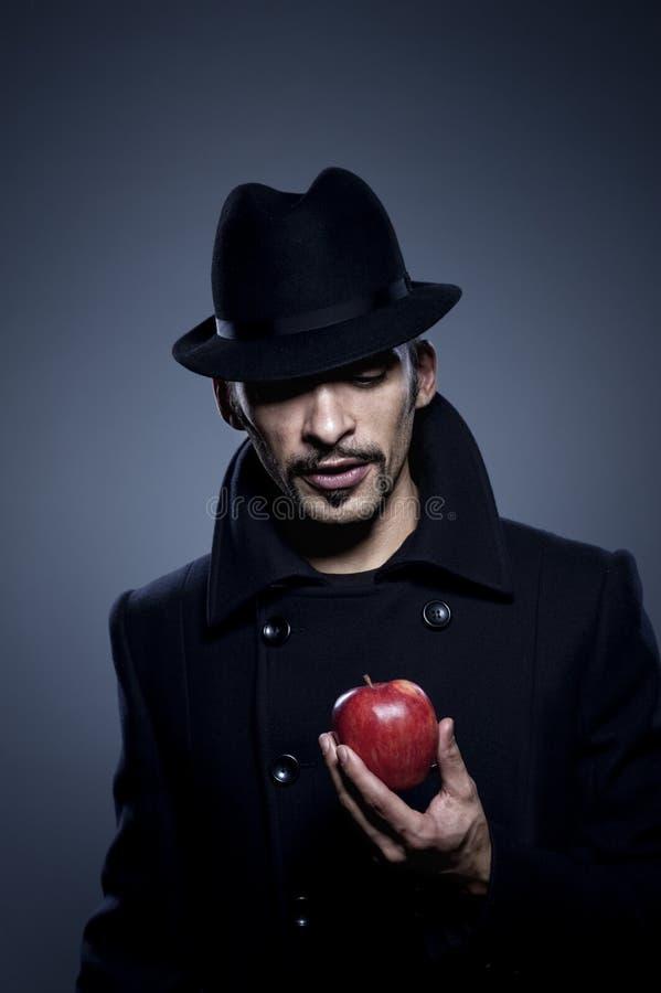 mystisk äppleholdingman fotografering för bildbyråer