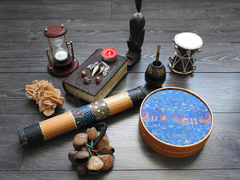 Mystisk bakgrund med en gammal bok, stearinljus och andra attribut Allhelgonaafton och det ockulta begreppet av ritualen av svart arkivfoton