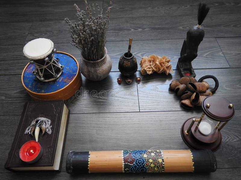 Mystisk bakgrund med en gammal bok, stearinljus och andra attribut Allhelgonaafton och det ockulta begreppet av ritualen av svart royaltyfri bild