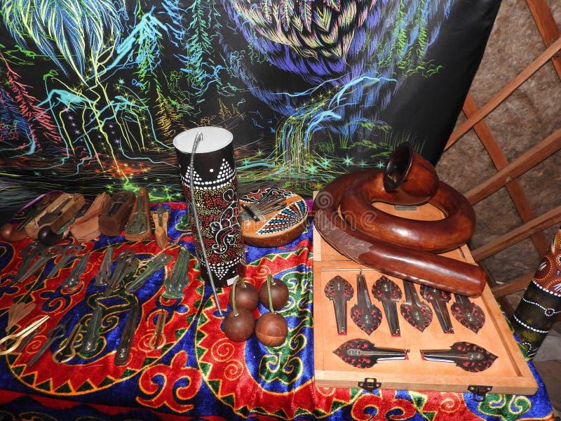 Mystisk bakgrund med rituella objekt av esoteriskt som ?r ockulta, sp?dom, magiska objekt Ockult, esoteriskt, sp?dom och royaltyfria foton