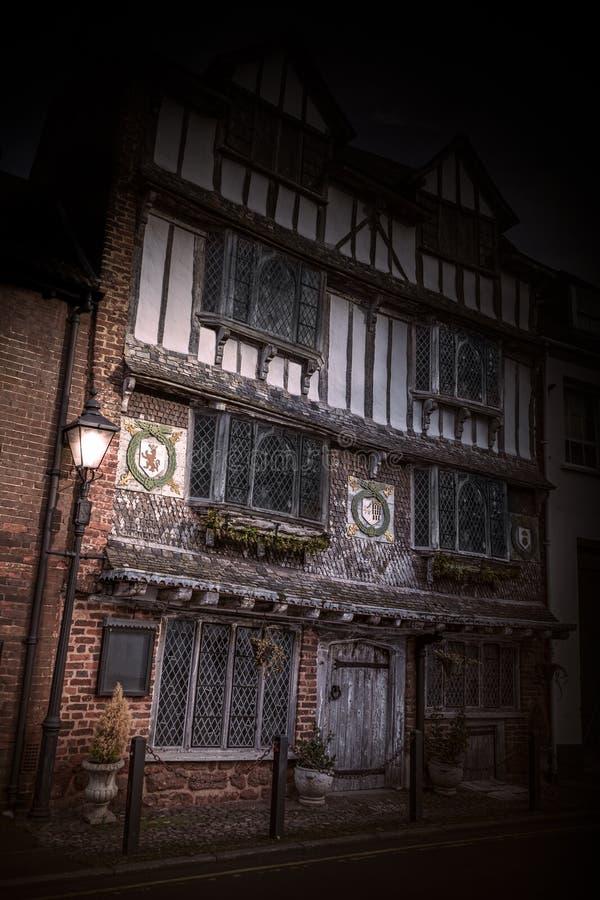 Mystisk bild av gamla Tudor House med lyktan i gloamingen, Exe ö, 6 Tudor Street, Exeter, Devon, Förenade kungariket, royaltyfri foto