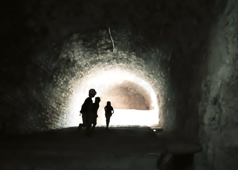 Mystisk bild av ghostlike barn i en oklar grotta fotografering för bildbyråer