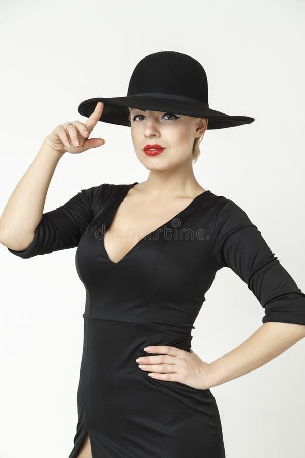 Mystisk blondin som bär en hatt royaltyfri foto