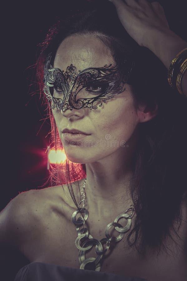 Mystisk budoar, sinnlig maskerad kvinna, venetian maskering, brunett fotografering för bildbyråer