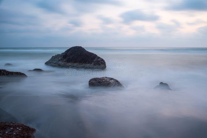 Mystisk dimma på havet royaltyfri bild
