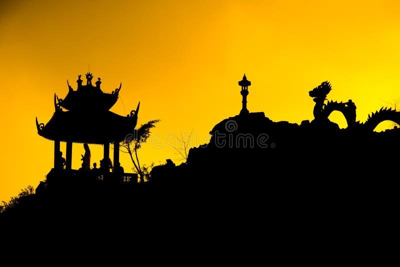 Mystisk drake för solnedgång av punkten för Hang Mua Cave tempelsikt i Ninh Binh, Vietnam royaltyfri bild