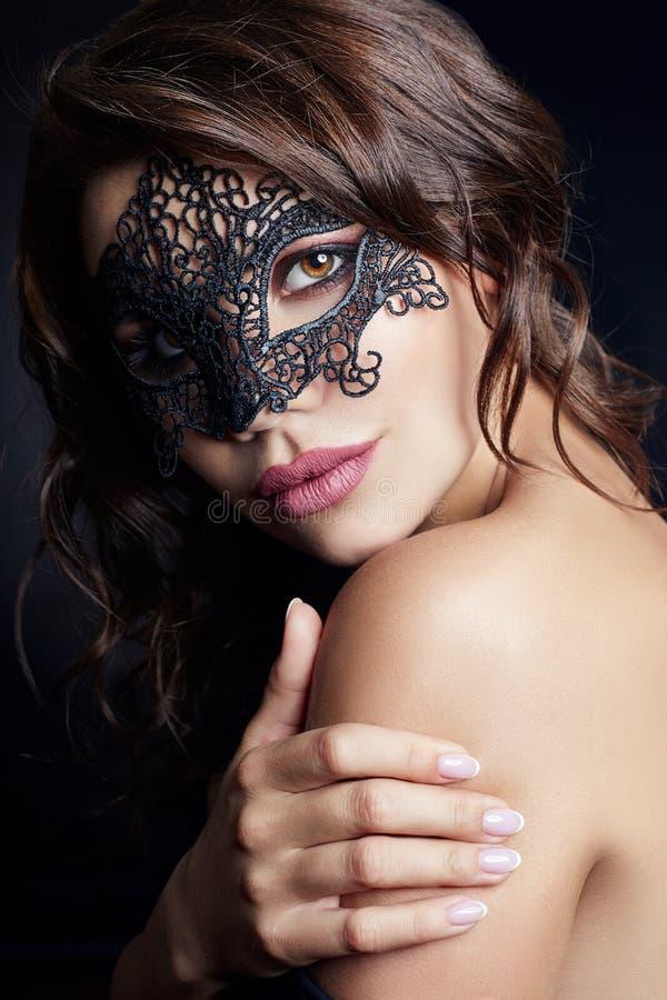 Mystisk flicka i en svart maskering, maskerad Sexig näck brunett arkivbilder
