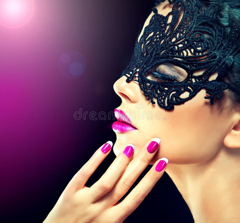 Mystisk flicka i karnevalmaskering royaltyfri bild