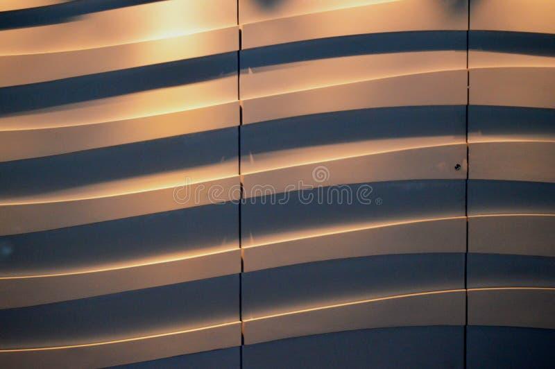 Mystisk futuristisk guld- bakgrund i form av kurvor med mjuk belysning med utrymme för text, modern väggdekor royaltyfri foto