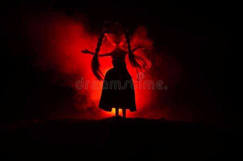 Mystisk kvinna, fasaplats av den läskiga spökedockakvinnan på mörker - blå bakgrund med rök arkivbilder