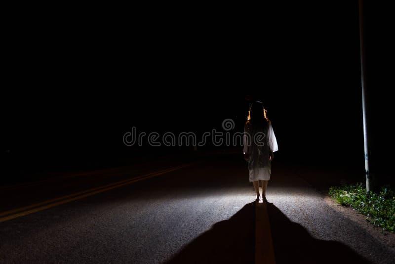 Mystisk kvinna, fasaplats av den läskiga spökekvinnan som ut står royaltyfri bild