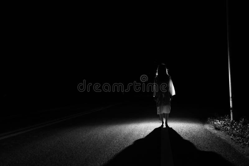 Mystisk kvinna, fasaplats av den läskiga spökekvinnan som ut står fotografering för bildbyråer