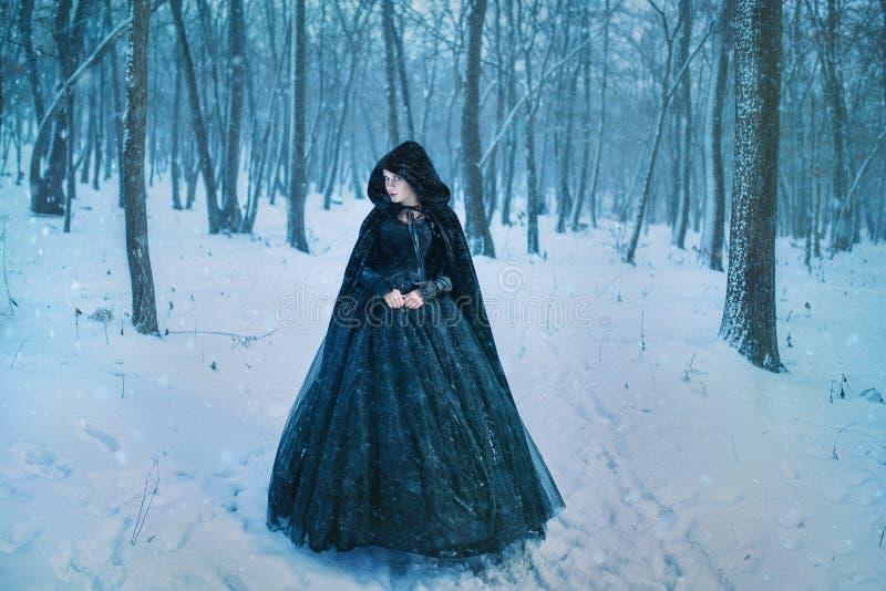 Mystisk kvinna i svart royaltyfri foto