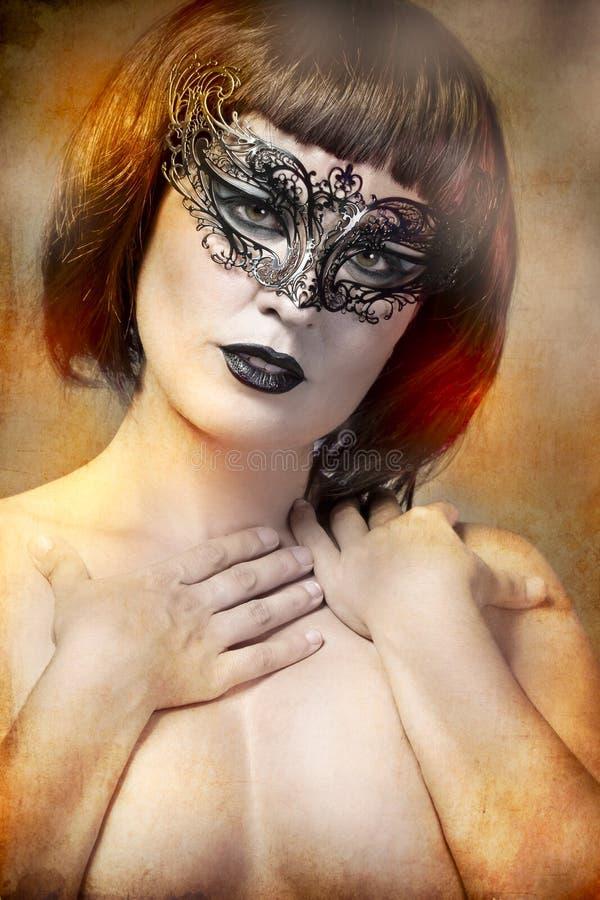 Mystisk kvinna med den Venetian maskeringen för konstnärlig stil royaltyfri foto