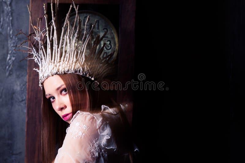 Mystisk kvinna som kläs som en vit häxa eller en snödrottning royaltyfria bilder