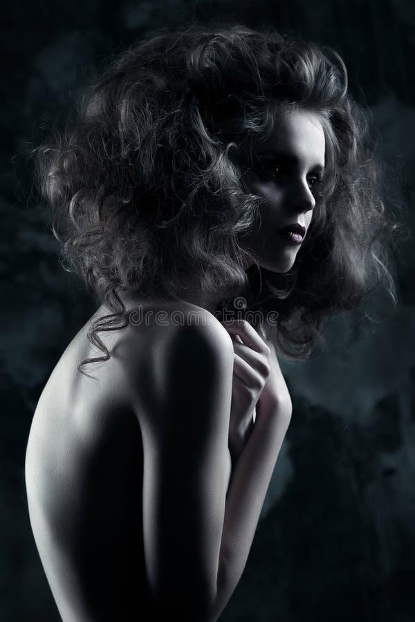 Mystisk mörk modestående av flickan i mörker arkivfoton
