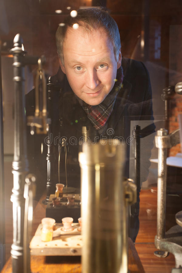 Mystisk man i ett bryggerimuseum royaltyfri bild