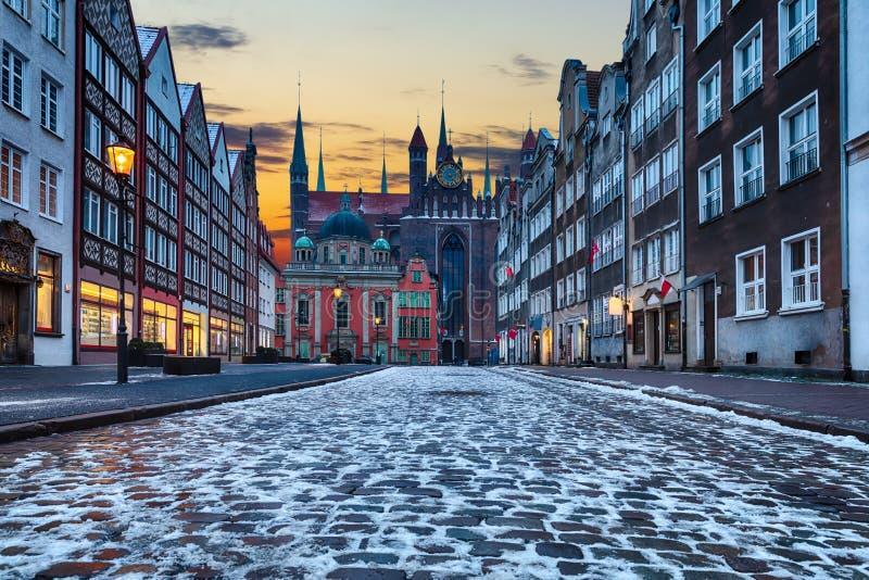 Mystisk medeltida gata i Gdansk, Polen, skymningsikt, inga personer arkivbilder