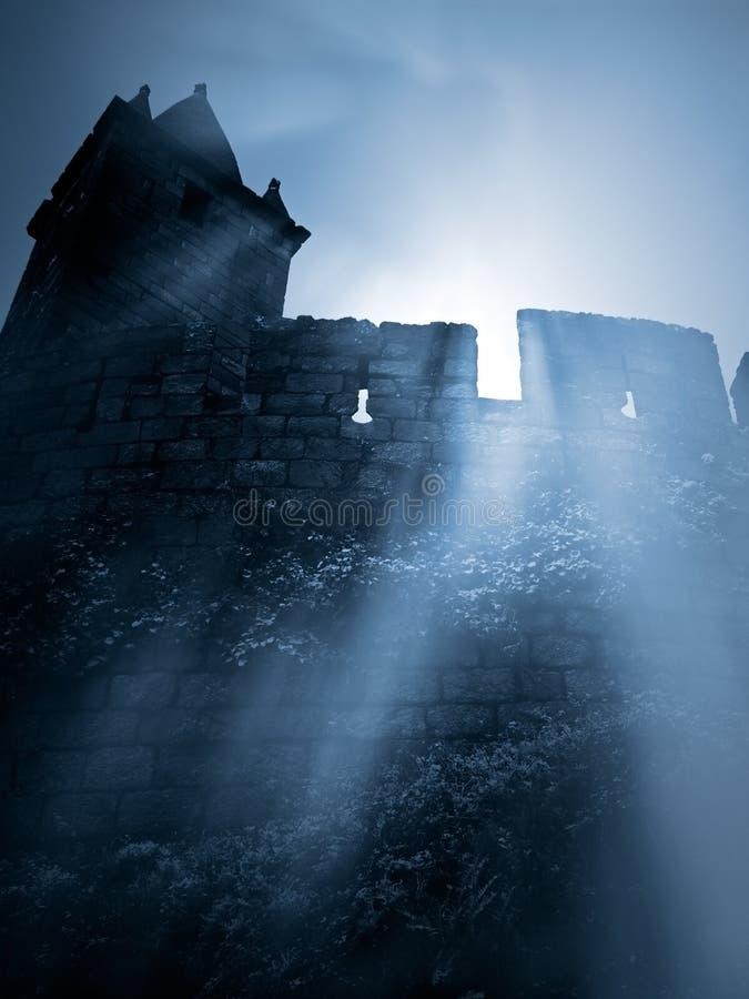 Mystisk medeltida slott royaltyfri bild