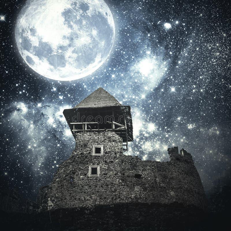 Mystisk medeltida slott royaltyfria bilder