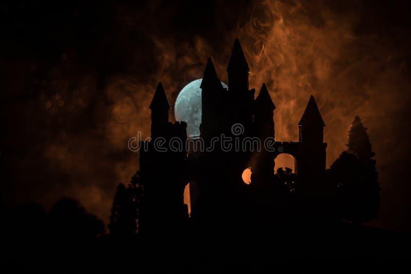 Mystisk medeltida slott i en dimmig fullmåne Övergiven gammal slott för gotisk stil på natten royaltyfria bilder