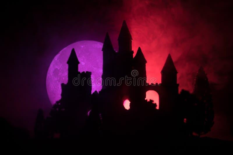 Mystisk medeltida slott i en dimmig fullmåne Övergiven gammal slott för gotisk stil på natten royaltyfri bild