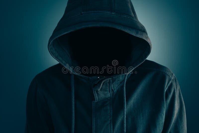 Mystisk misstänksam ansiktslös man med hoodien royaltyfri foto
