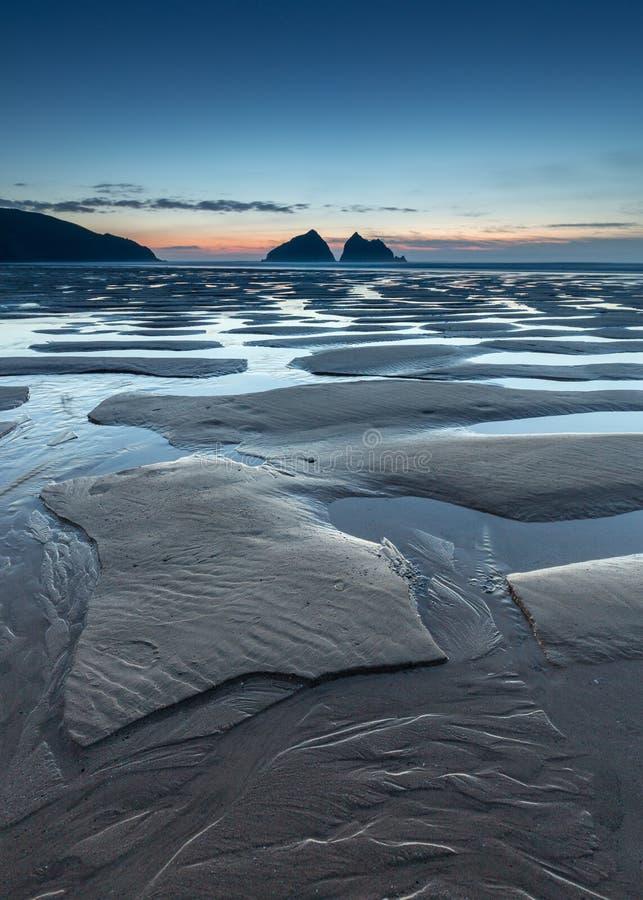 Mystisk och overklig solnedgång, med ljust reflektera för blå timme in royaltyfri fotografi