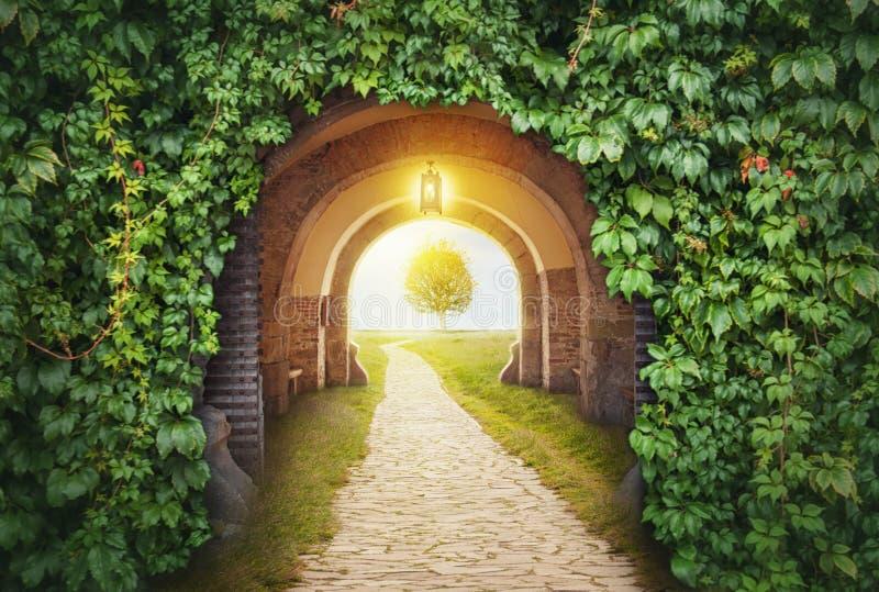 Mystisk portingång i paradis arkivbild