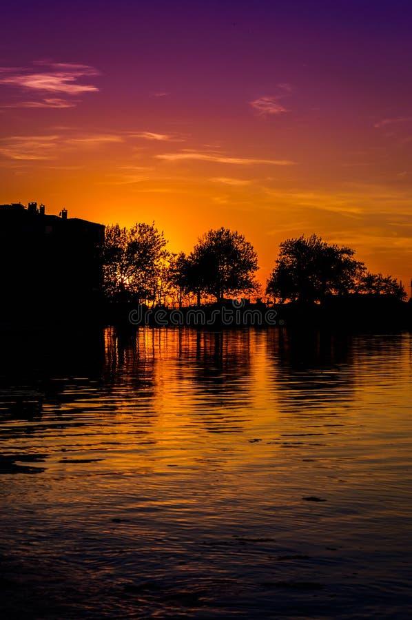Mystisk solnedgångfjärd arkivfoton