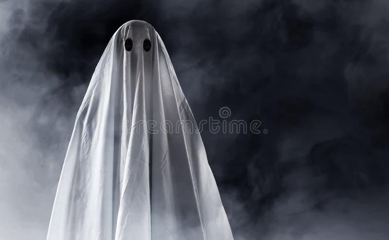 Mystisk spöke på rökbakgrund arkivbilder