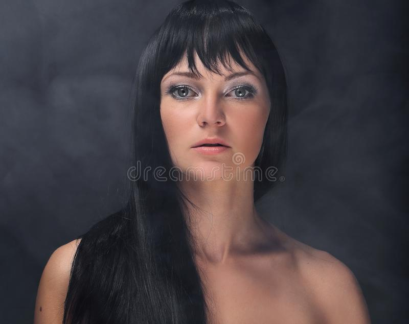 Mystisk stående av en flicka i mörkret, i dimman royaltyfria foton