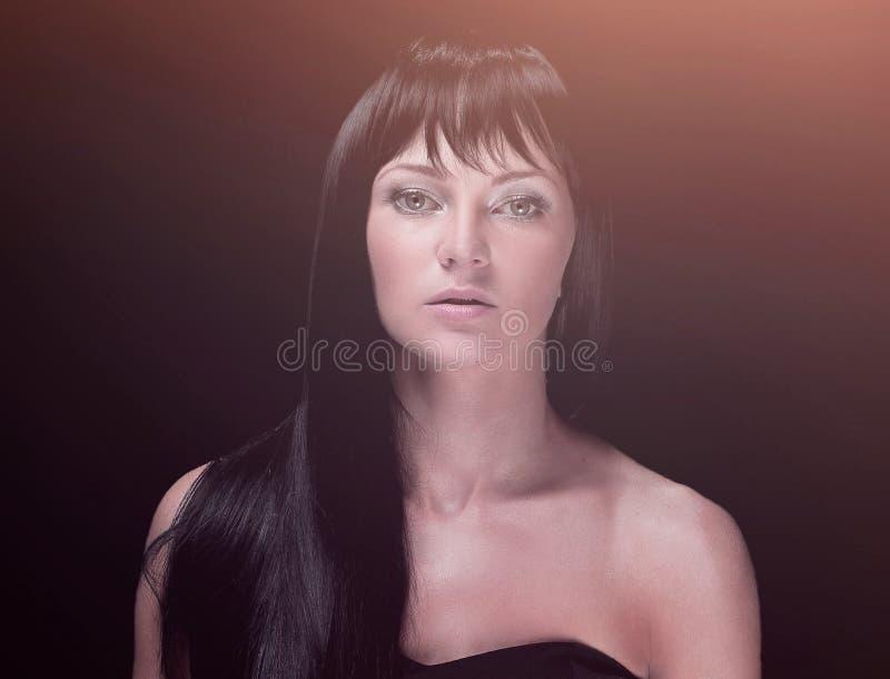 Mystisk stående av en flicka i mörkret, i dimman arkivbilder