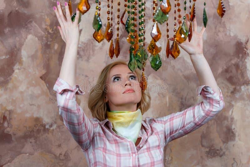 Mystisk ung kvinna som gör en ritual med hennes magiska stenar royaltyfri fotografi