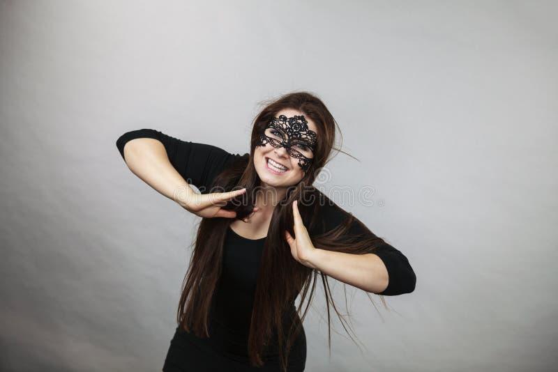 Mystiskt b?ra f?r kvinna sn?r ?t maskeringen arkivfoto