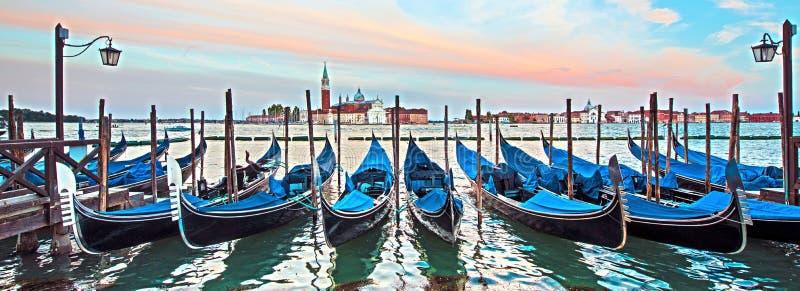 Mystiskt landskap med gondoler på Grand Canal på bakgrunden av kyrkan av San Giorgio Maggiore i Venedig, Italien, Europa royaltyfri fotografi