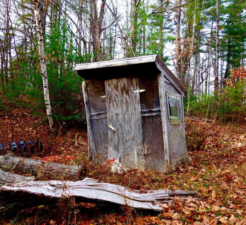 Mystiskt spöklik hydda för nedskärning som döljas i de Maine träna arkivfoto