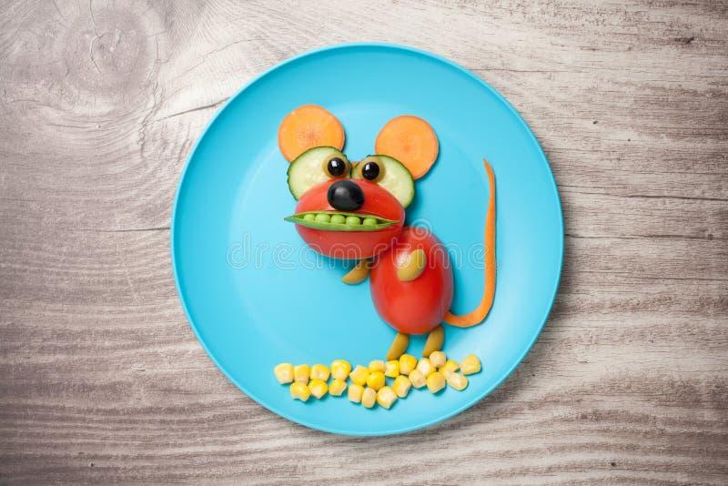 Mysz robić warzywa na talerzu i stole fotografia stock