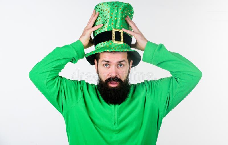 Mythe van kabouter Gelukkige Patricks-dag Globale viering van Ierse cultuur De slijtage groene kleding van mensen gebaarde hipste stock foto