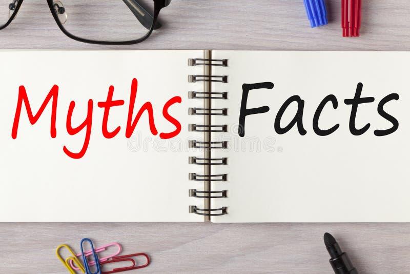 Mythen oder Tatsachen geschrieben auf Notizbuch stockfotos