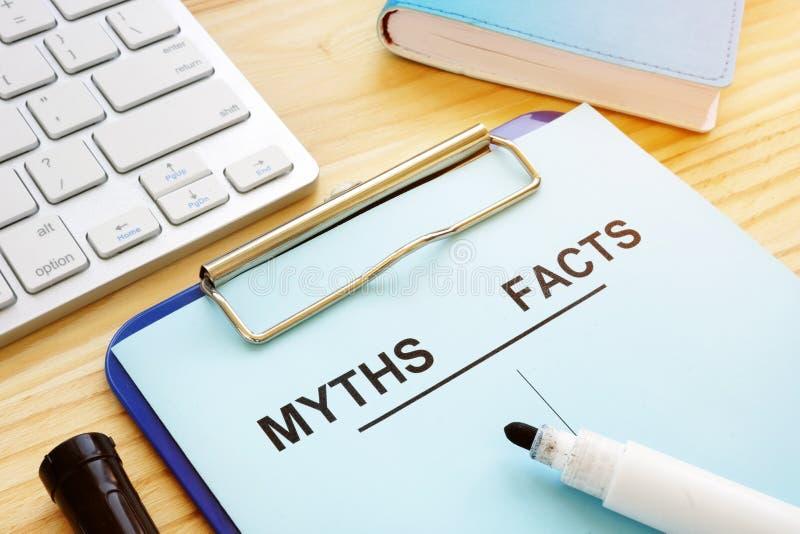 Mythen und Tatsachen listen mit Stift auf Gef?lschtes Nachrichten-Konzept stockfoto