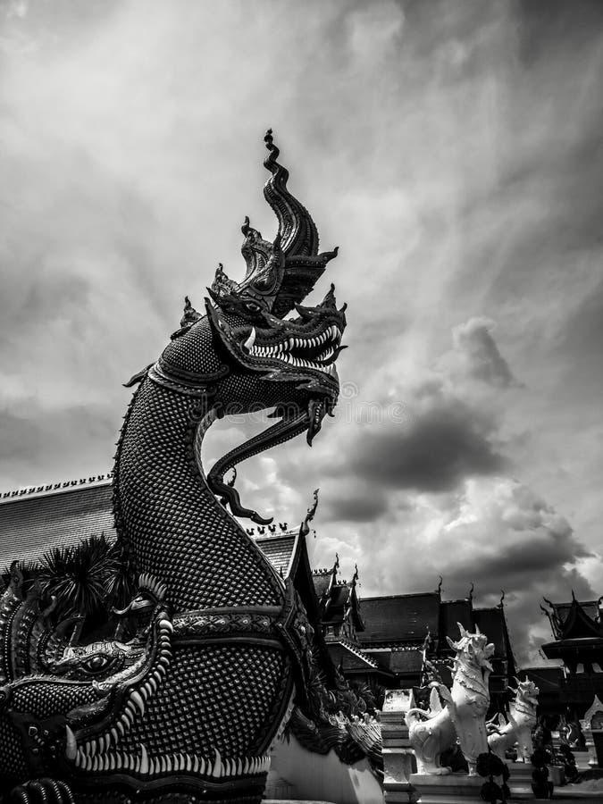 Mythischer buddhistischer Drache mit drastischem bewölktem Himmel in der düsteren und dunklen Atmosphäre, Schwarzweißfotografie lizenzfreies stockfoto