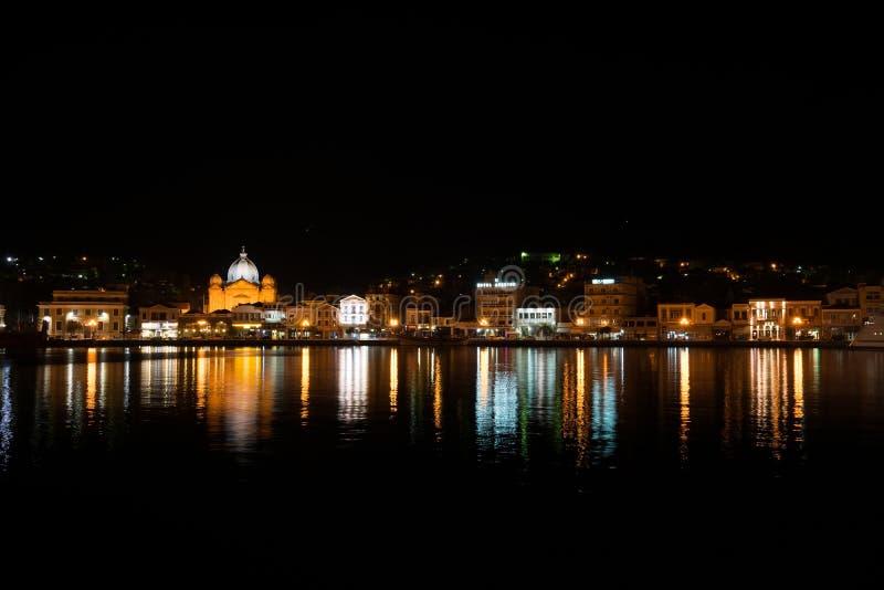 Mytilene stadssikt från havet på natten arkivbilder