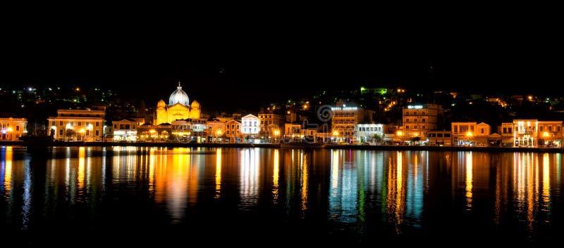 Mytilene stadssikt från havet på natten arkivbild