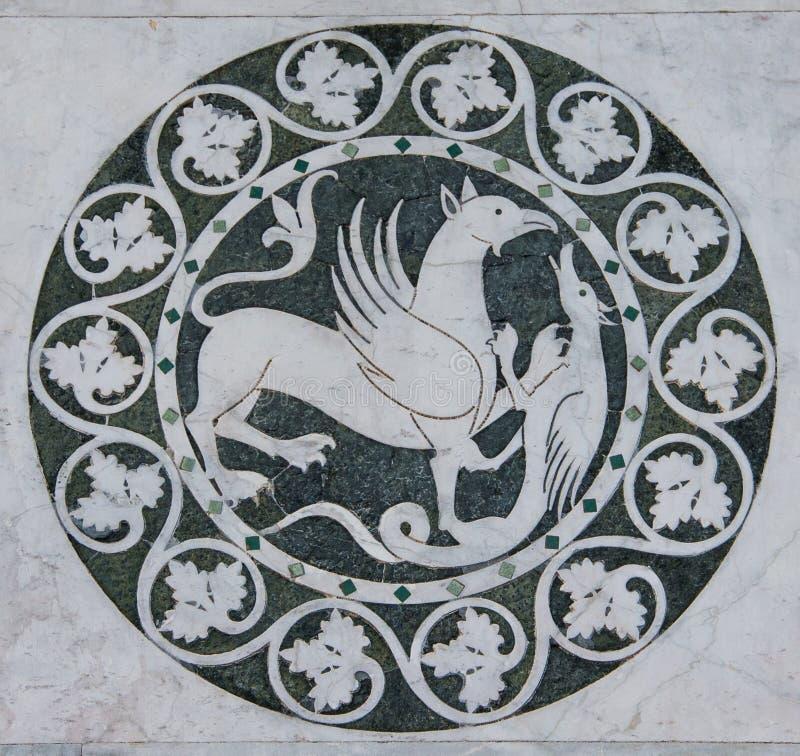 Mytiskt djur för grip i en dekorativ cirkel på den Chiesa deien Santi Giovanni e Reparata royaltyfria foton