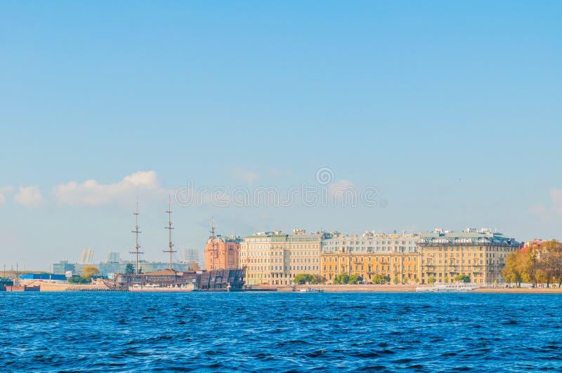 Mytninskaya沿内娃河的堤防和市大厦在圣彼德堡,俄罗斯 免版税库存照片